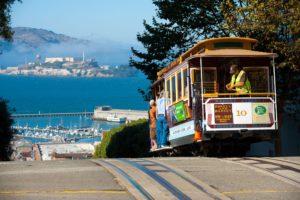 Cable Car, San Francisco, au loin Alcatraz