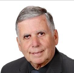 Pierre Bélanger, prêtre, salue le « père Tess »